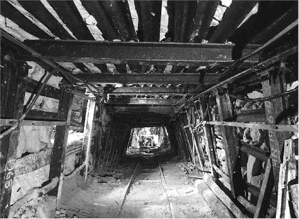 Foto impressies prehistorische vuursteenmijnen te rijckholt hoofdgang met smalspoor en stalen - Steen en constructie ...